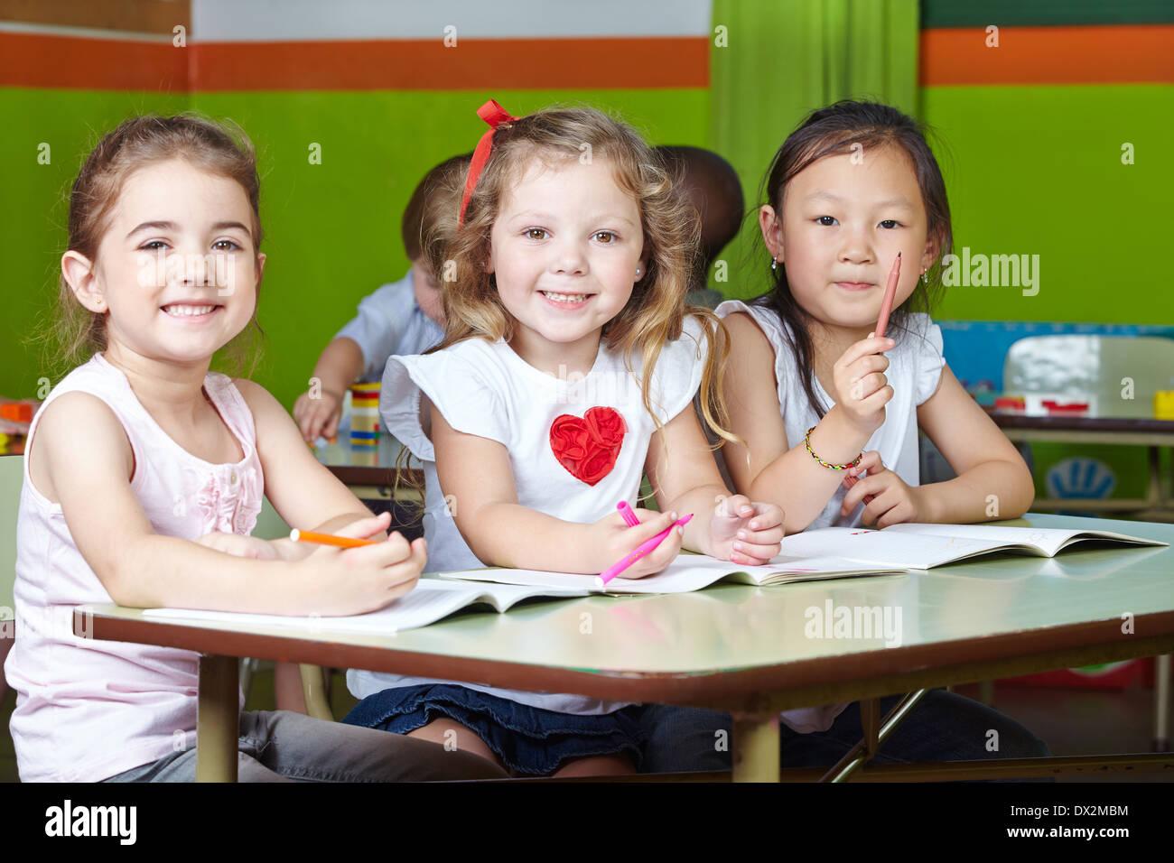Muchos Niños Felices En El Kindergarten De Dibujo Con