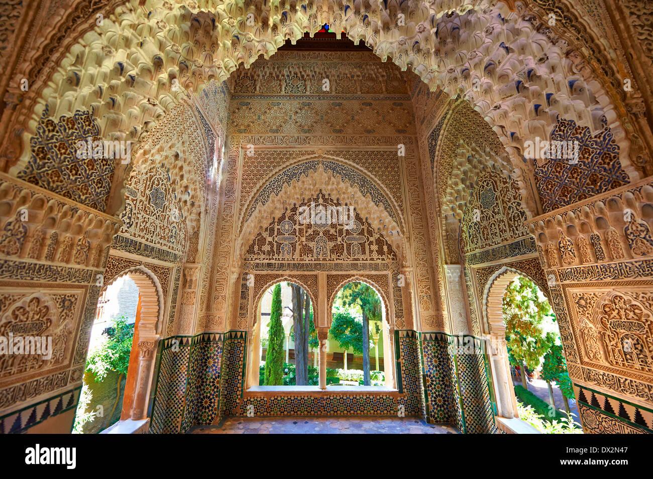 Arabesco estalactitas morcabe morisca o la arquitectura de los Palacios Nazaries, Alhambra. Granada, Andalucía, España. Imagen De Stock