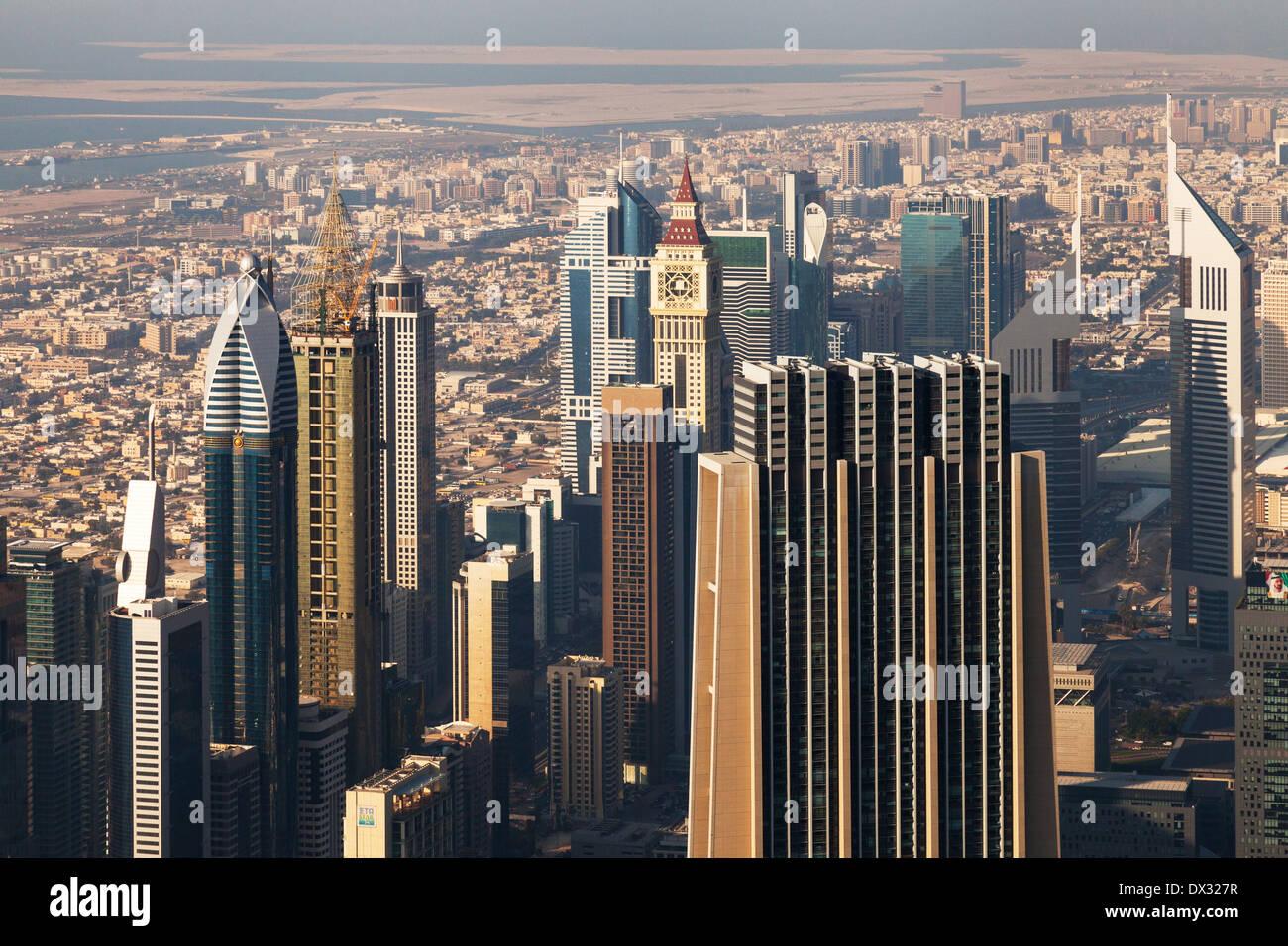 La ciudad de Dubai rascacielos en un paisaje visto desde arriba en la plataforma de observación, Burj Khalifa, Dubai, Foto de stock