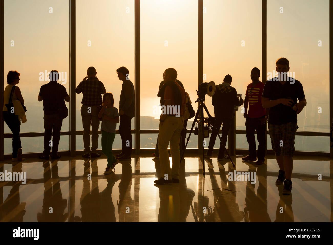Los turistas viendo la puesta de sol desde el ' en la parte superior ' observation deck, edificio Burj Khalifa, Foto de stock