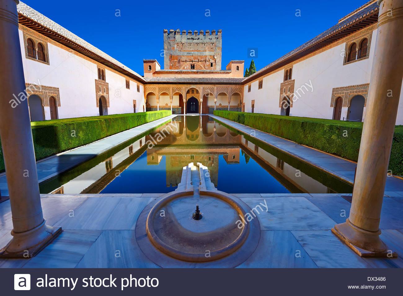 Arabesco arquitectura morisca y el estanque de la Corte de los mirtos de los Palacios Nazaries, Alhambra. Granada, Imagen De Stock
