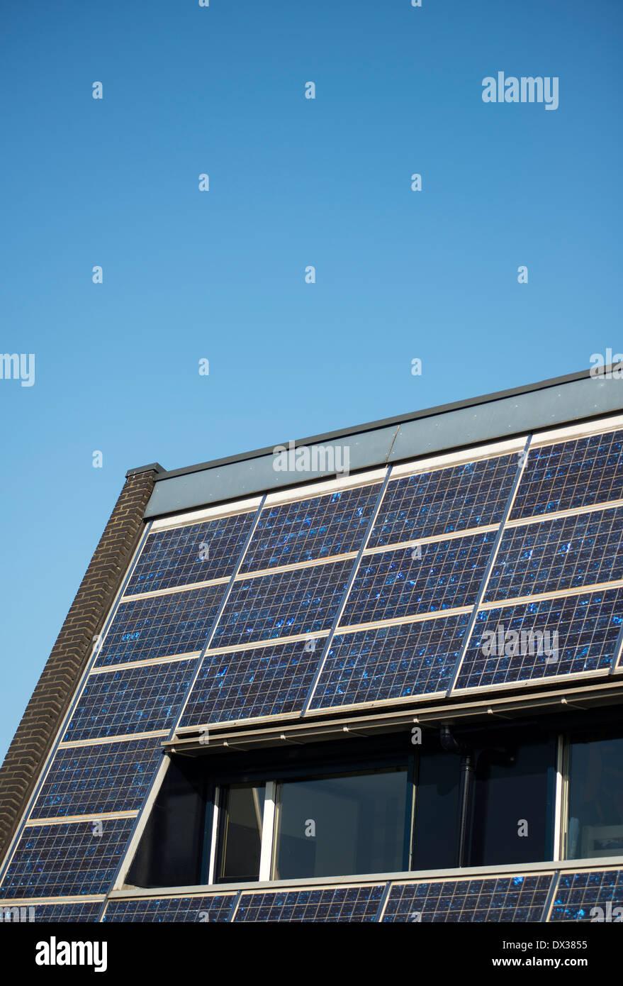 Paneles solares en el tejado de una casa se benefician de las energías renovables Imagen De Stock