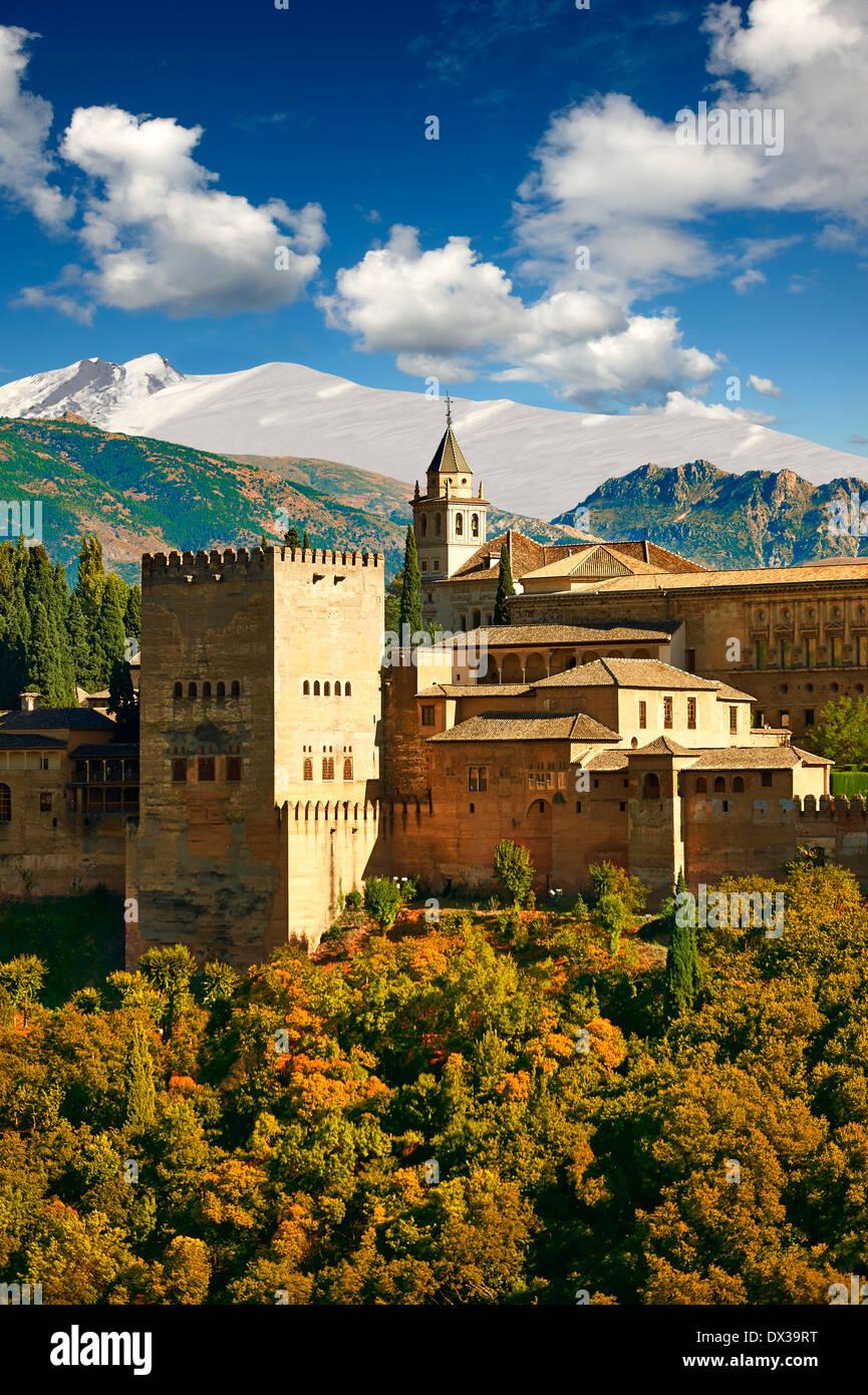 Vista del complejo del Palacio de la Alhambra Islámica morisca y fortificaciones. Granada, Andalucía, España. Imagen De Stock