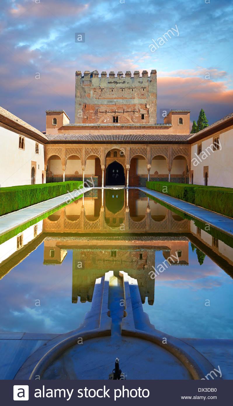 Arabesco arquitectura morisca y el estanque de la Corte de los mirtos de los Palacios Nazaries, Alhambra. Granada, España Imagen De Stock