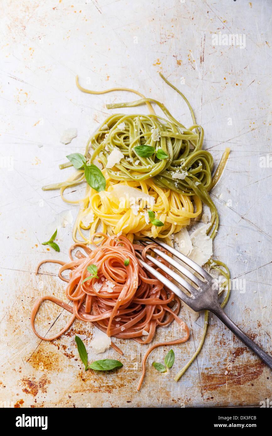 Los colores de la bandera italiana de pasta italiana con albahaca y queso parmesano Imagen De Stock