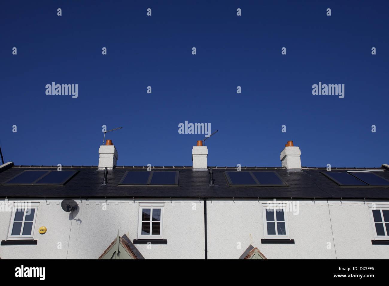Paneles solares en una hilera de casas adosadas Imagen De Stock