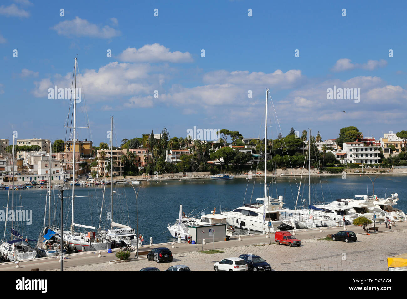 Mirando a través del Seno di Ponente en Brindisi, Puglia, Italia Imagen De Stock