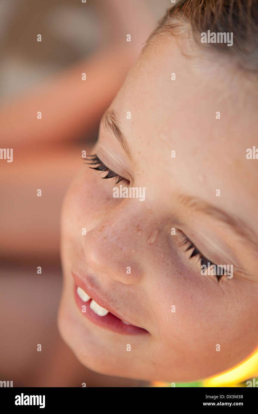 Chica con los ojos cerrados y las pestañas mojadas después de nadar, cerrar Imagen De Stock