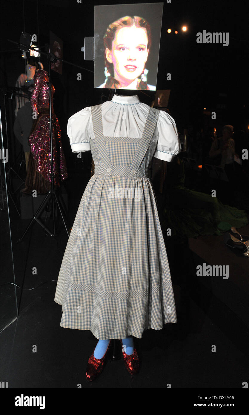 5cfee3947bad9 El Mago de Oz  Judy Garland como Dorothy Gale Hollywood Costume - Vista de  prensa
