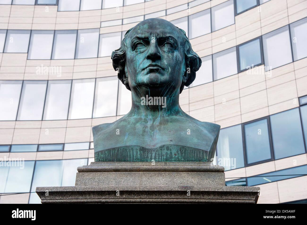 Busto de Friedrich Wilhelm von Schadow delante del edificio Liberknecht en el centro comercial 'Kö-Bogen' en Duesseldorf Foto de stock