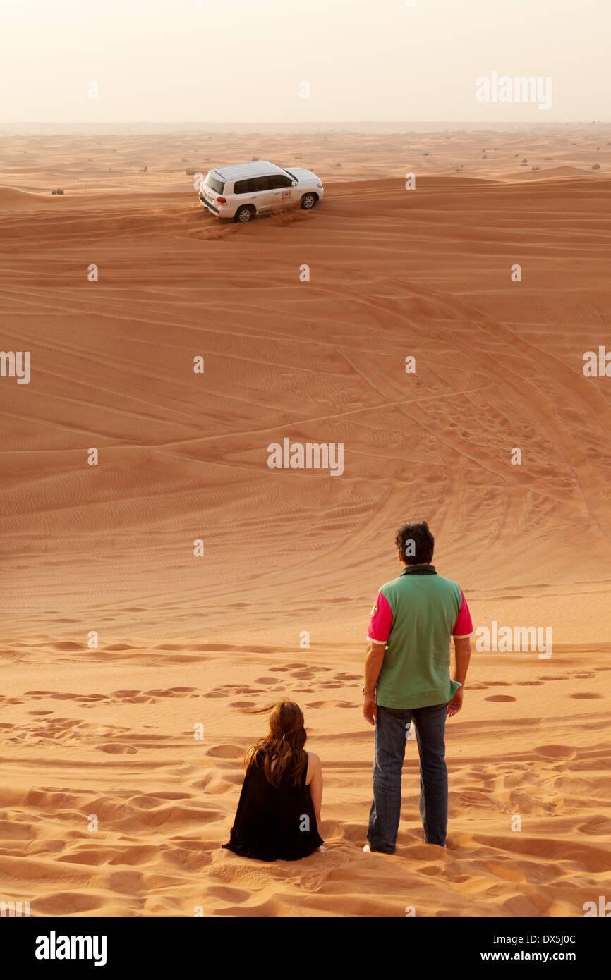 Una pareja en un safari por el desierto de Dubai tour viaje de vacaciones, el desierto de Arabia, Dubai, EAU, Emiratos Árabes Unidos, Oriente Medio Imagen De Stock