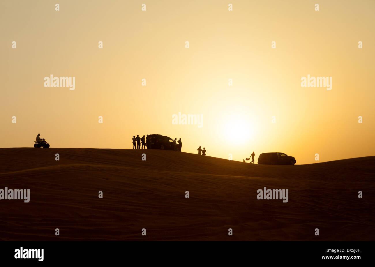 Dubai Desert Safari - personas viendo la puesta de sol desde las dunas, el desierto de Arabia, Dubai, EAU, Emiratos Arabes Unidos, Oriente Medio Imagen De Stock