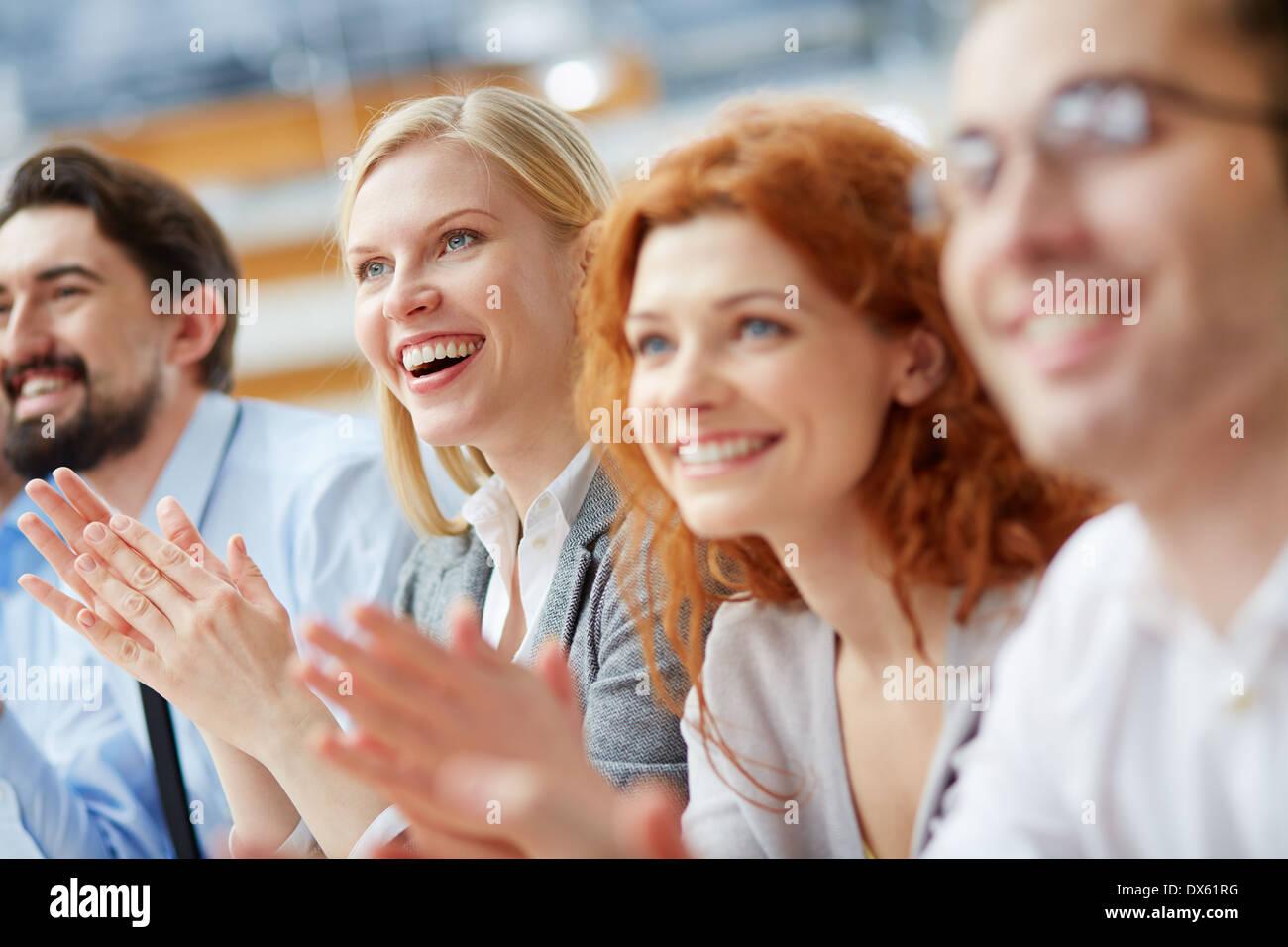 Imagen de un equipo comercial aplaudiendo en el signo de aprobación Foto de stock