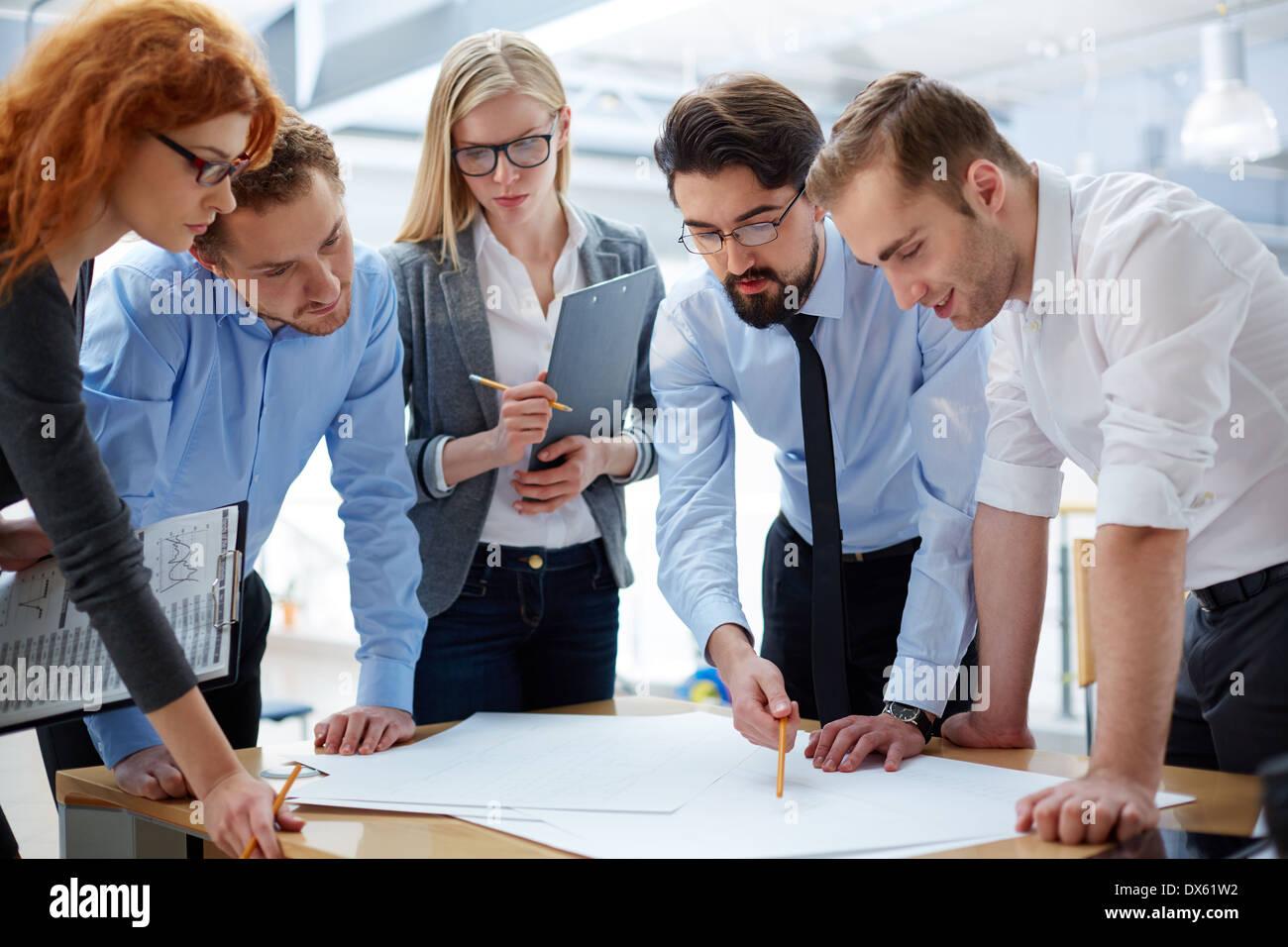Equipo comercial desarrollo de plan juntos en la oficina Imagen De Stock