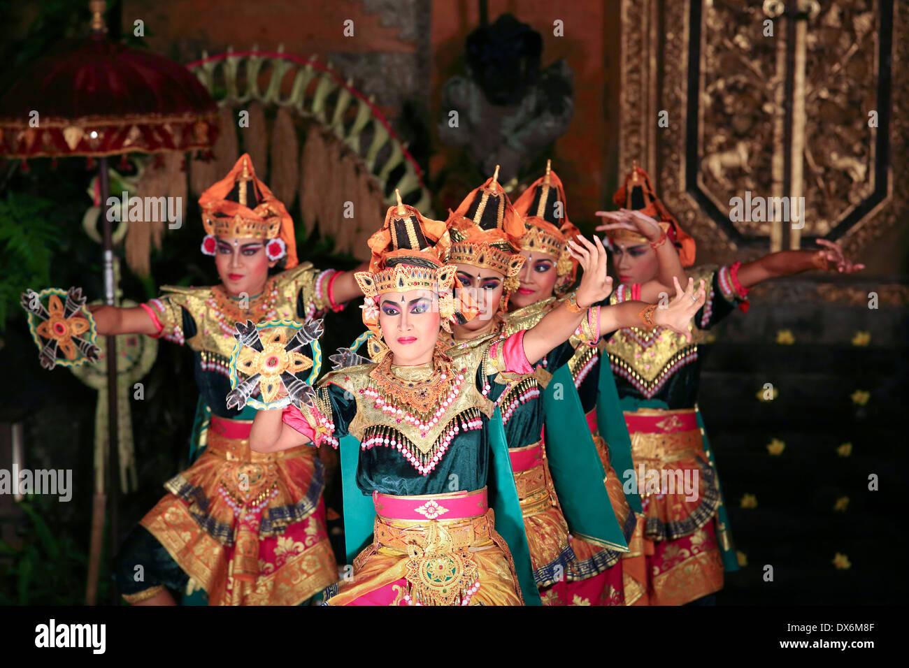 Bailarines balineses en el escenario realizando la danza Legong en Ubud, Bali. Foto de stock
