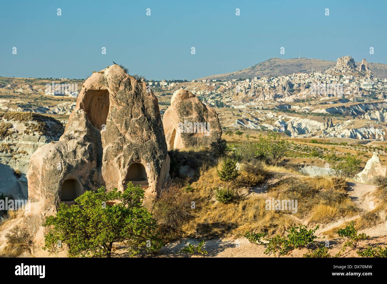 Viviendas en las chimeneas de las hadas y Uchisar (R) en la distancia, el Valle Rojo, Cappadocia, Turquía Imagen De Stock