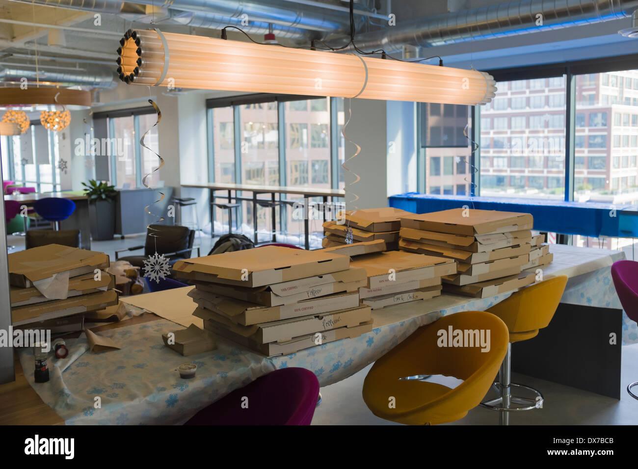 Cajas de pizza vacías después de la Fiesta en las oficinas de alta tecnología en California Imagen De Stock