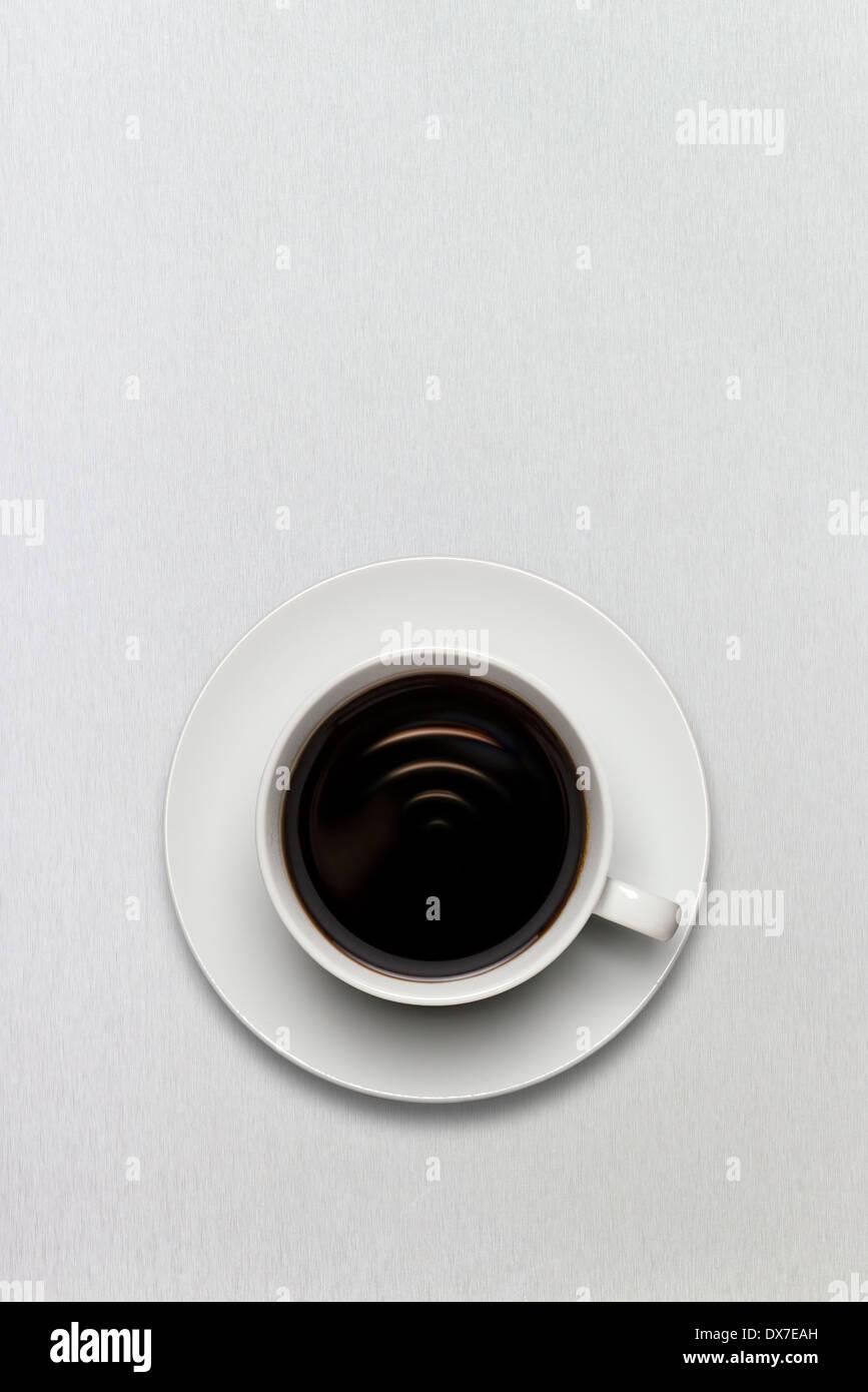 Una taza de café lleno de frescos de espresso americano negro con conexión wi-fi a firmar. Imagen De Stock