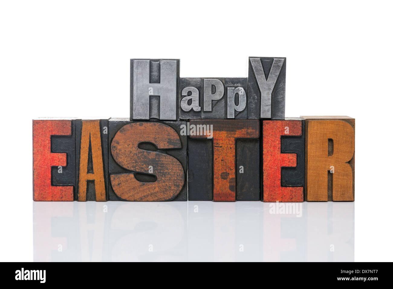 Palabras Feliz Pascua en viejas de metal y madera aislado en una tipografía bcakground blanco. Imagen De Stock