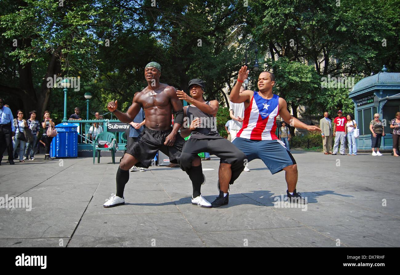 3 hombres bailarines callejeros tocando para documentos cerca de City Hall en el Bajo Manhattan, Ciudad de Nueva York Imagen De Stock