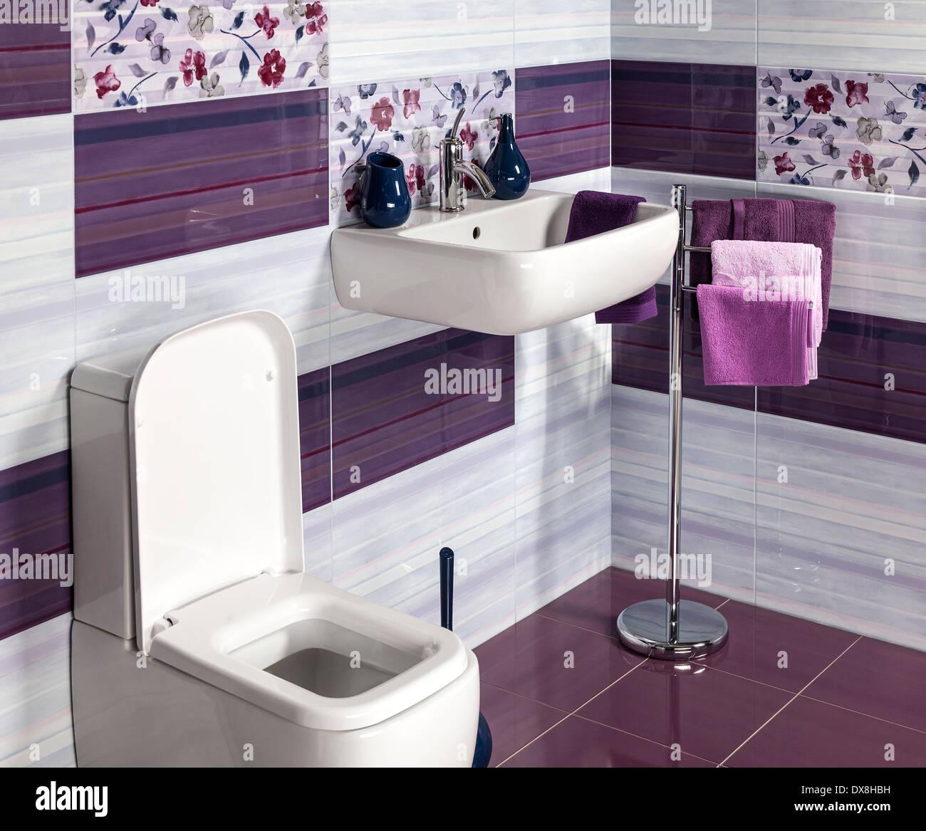 Detalle de un moderno cuarto de baño con lavabo, wc y ...