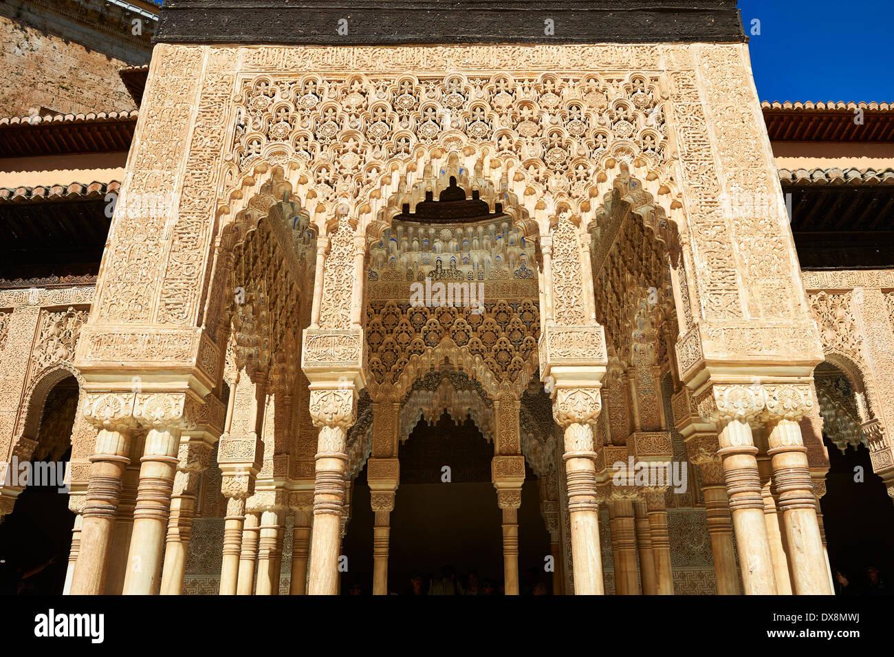 Arabesco mocarabe nazarí arquitectura morisca de la Corte de los leones de los Palacios Nazaries, Alhambra. Imagen De Stock