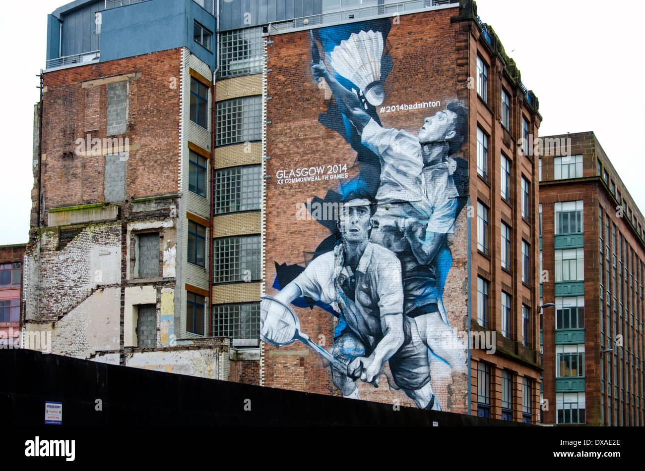 Un mural que dos jugadores de bádminton en un edificio en el centro de la ciudad de Glasgow publicidad el 2014 Juegos de la Commonwealth. Imagen De Stock