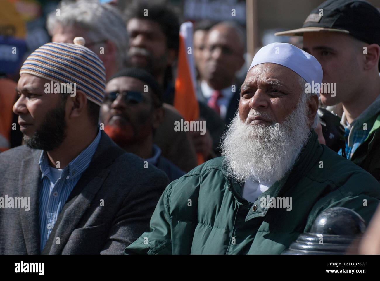 Londres, Reino Unido. El 22 de marzo de 2014. Las personas reunidas para el rallye de antirracismo escuchar a oradores en la londinense Trafalgar Square. Crédito: Peter Manning/Alamy Live News Imagen De Stock