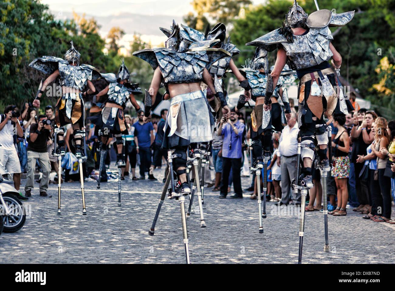 Caminantes en zancos en la calle de Atenas, Grecia Imagen De Stock