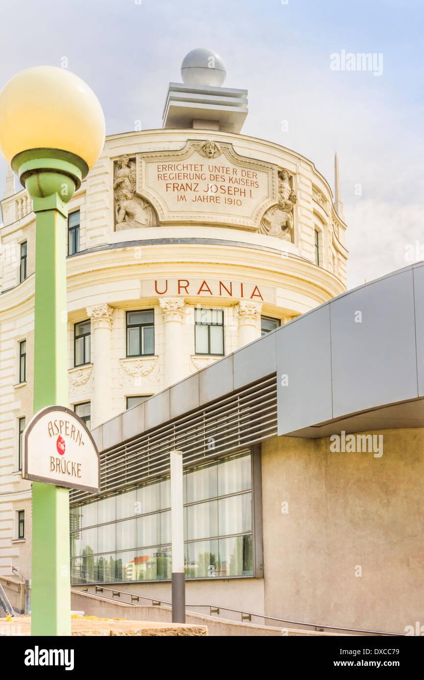 Edificio de Urania, un instituto de educación pública y el Observatorio vivienda también un cine, un teatro de marionetas y un restaurante Imagen De Stock