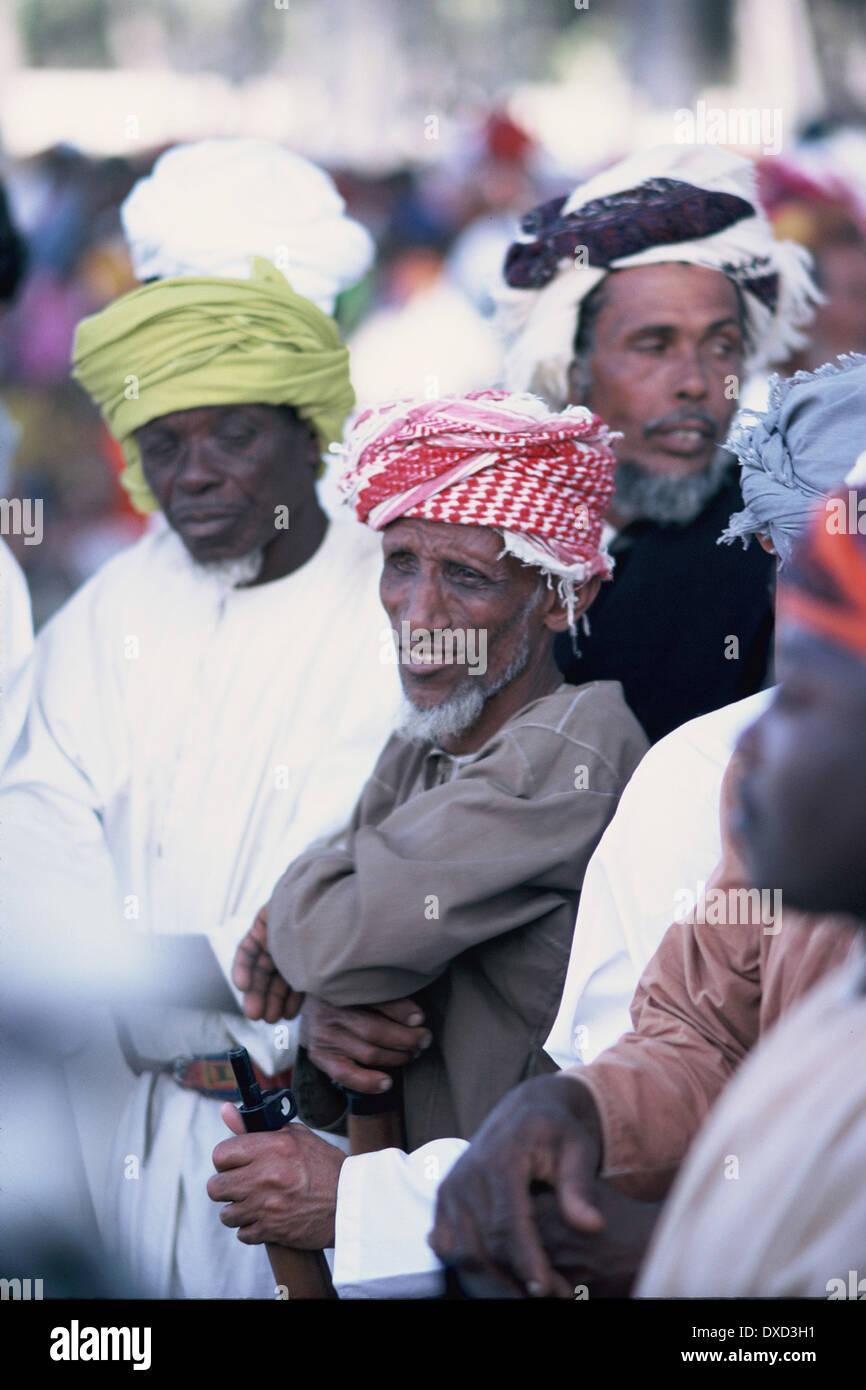 Omán rostros árabes , en medio de una multitud, 1971 Imagen De Stock