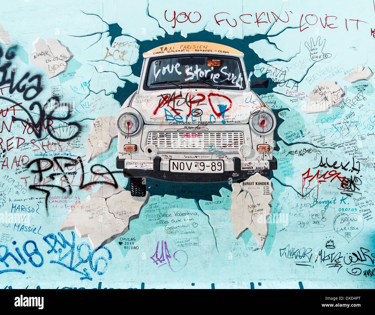 El East Side Gallery, Berlín, Alemania, Europa - el famoso Trabant car mural sobre el muro de Berlín Foto de stock