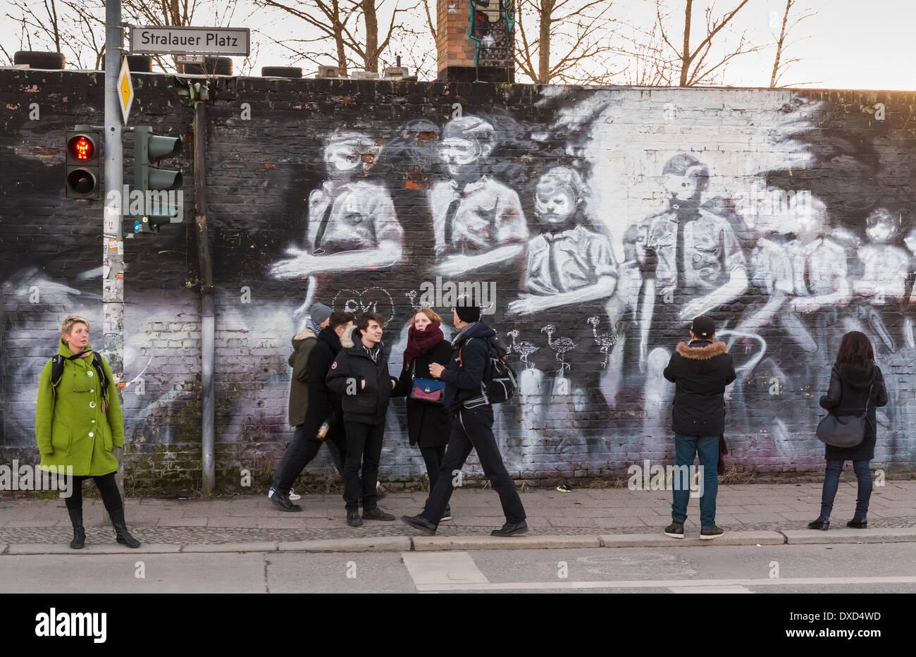 El famoso Muro de Berlín East Side Gallery, mostrando los murales sobre los restos del muro de Berlín en Berlín, Alemania, Europa Imagen De Stock