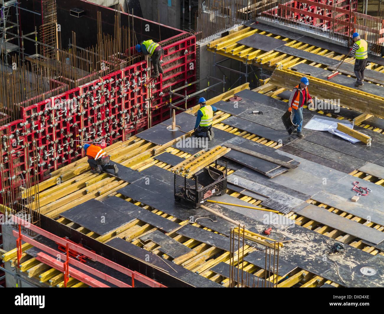 Obra en el centro de la ciudad, trabajadores de la construcción que trabajan Imagen De Stock