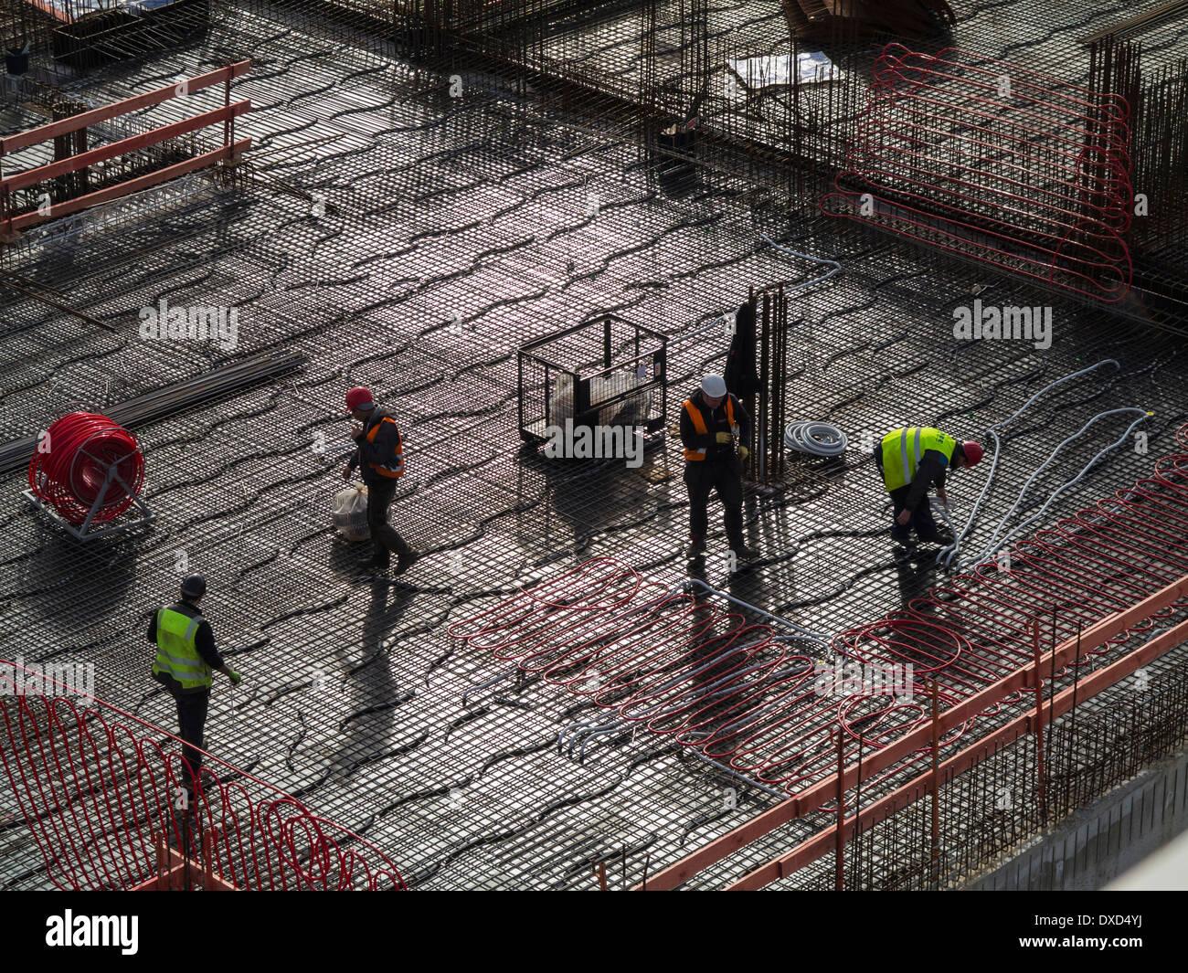 Los trabajadores de la construcción en el centro de la ciudad sitio en construcción Imagen De Stock