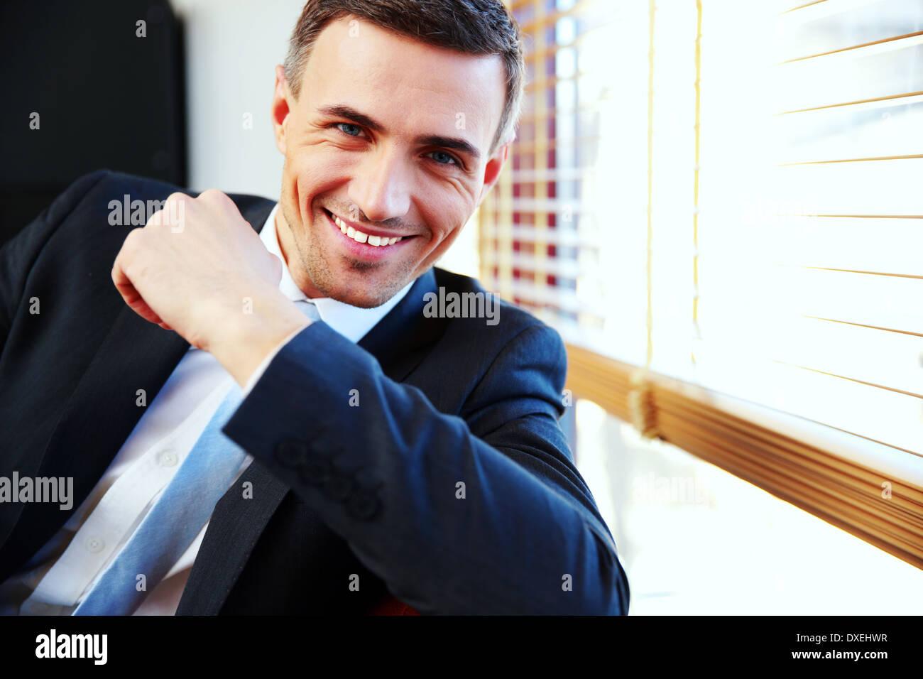 Retrato de un guapo empresario feliz en traje Imagen De Stock