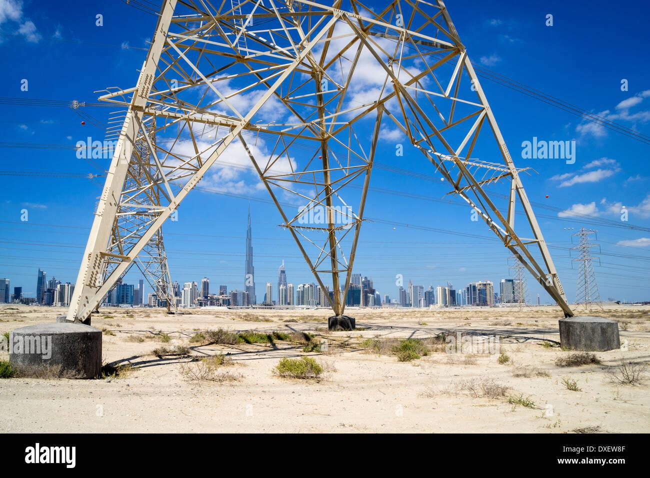 Horizonte de Dubai con la transmisión de electricidad de alto voltaje pilones en Emiratos Arabes Unidos Imagen De Stock