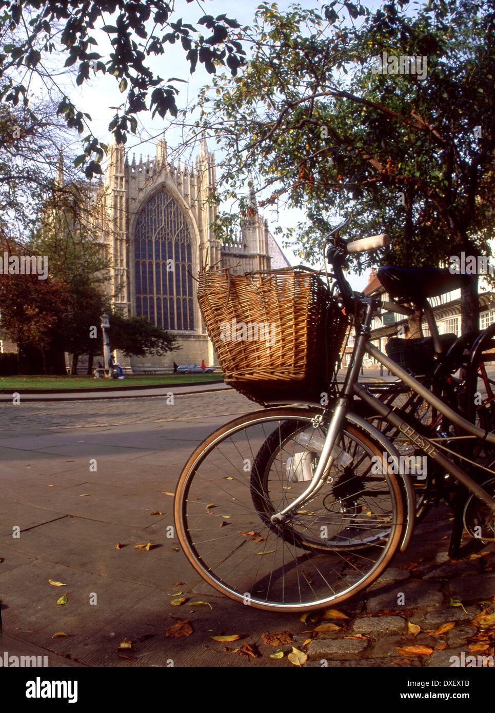 Vista hacia el oriente gable de York Minster con ciclo en primer plano.Ciudad de York Imagen De Stock
