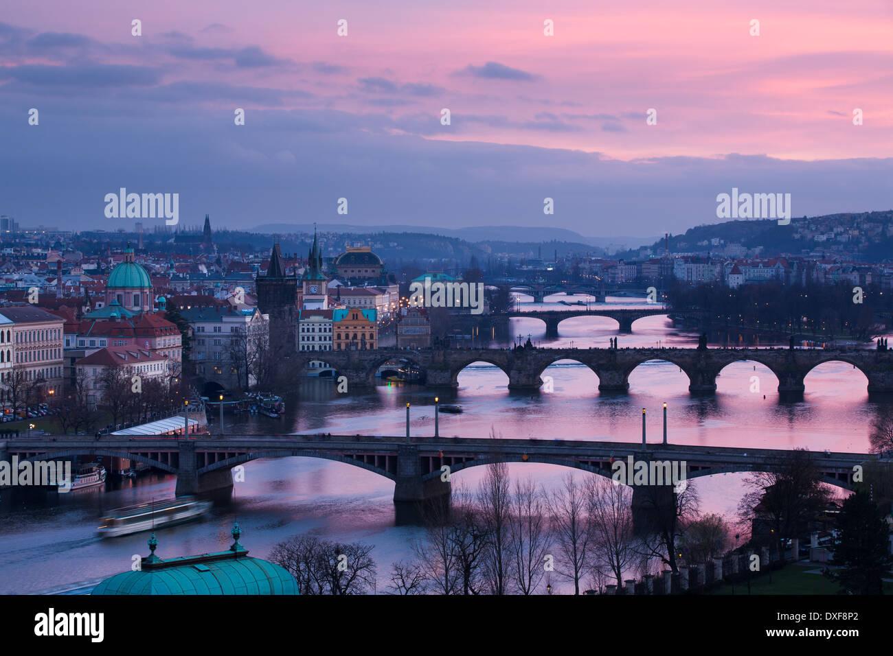 Las crines, Charles y Legion de puentes sobre el río Moldava Al atardecer, con el casco antiguo de la ciudad Imagen De Stock