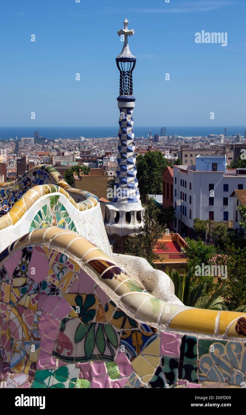 El Parc Güell de Gaudí en Barcelona en la región catalana de España. El parque cubre 20 hectáreas (50 acres) y fue inaugurado en 1922. Foto de stock