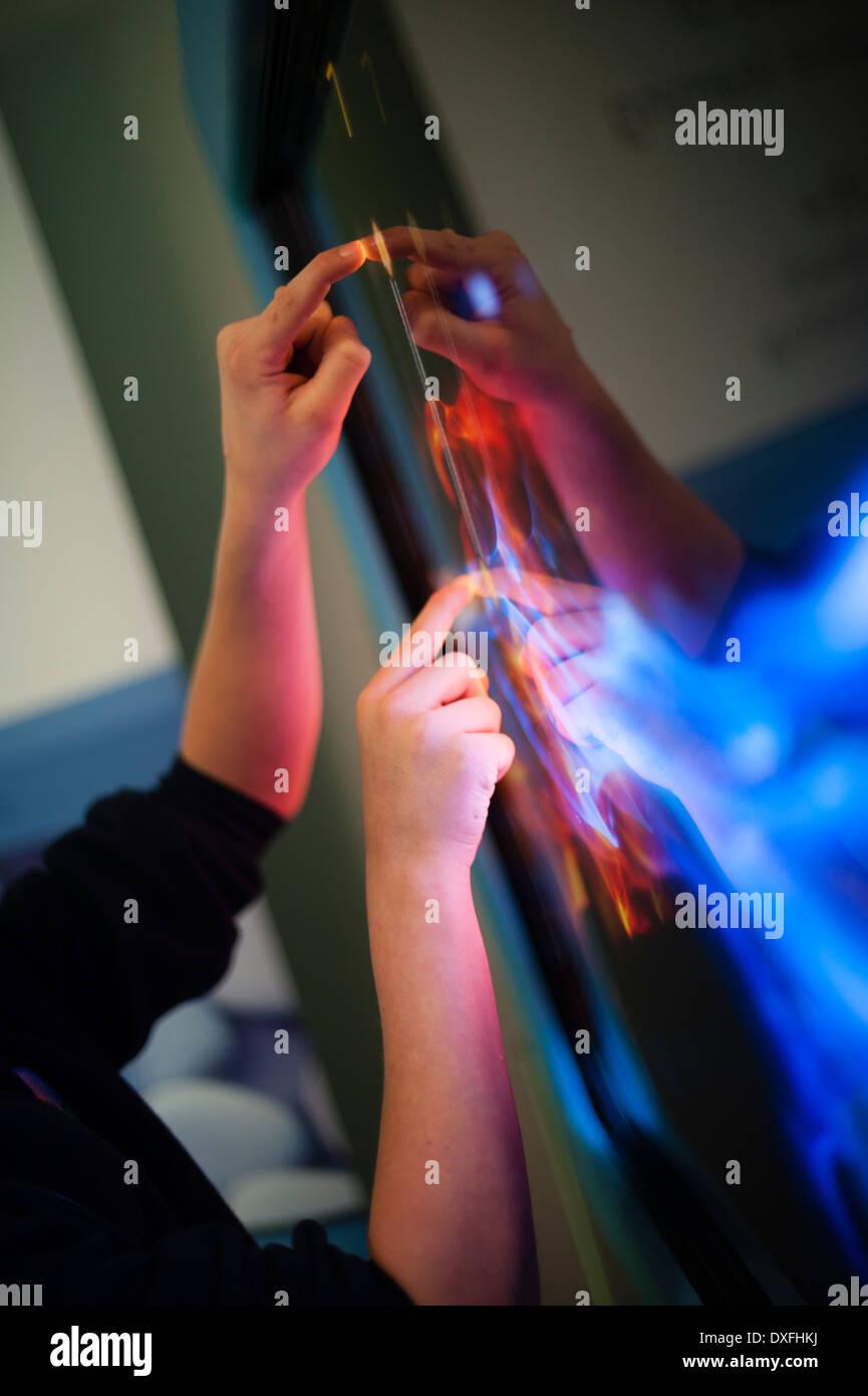Los niños de escuela primaria con gran pantalla táctil de computadoras en clase, Gales, Reino Unido Imagen De Stock