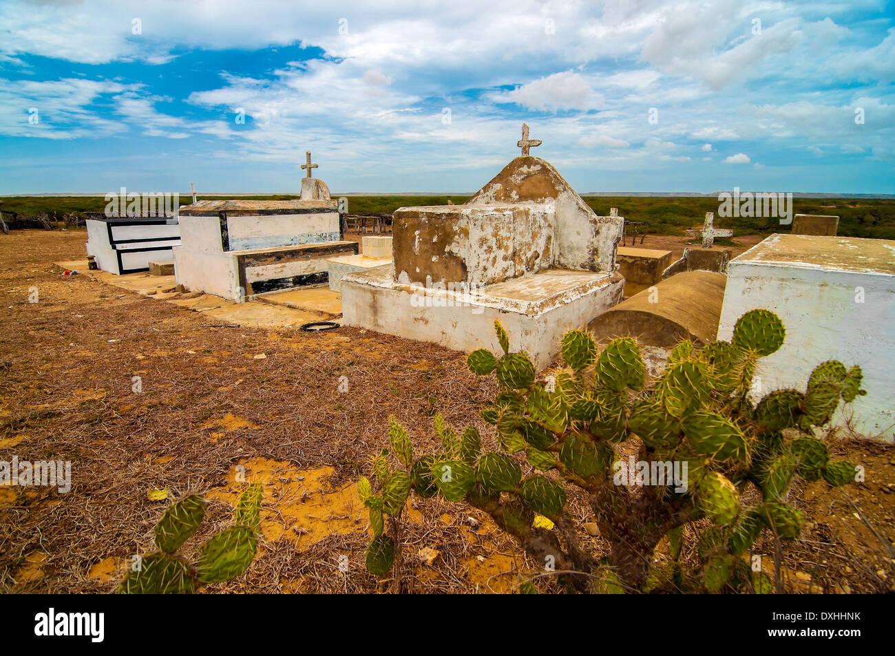 Un cementerio indígena aislado en el desierto. Imagen De Stock