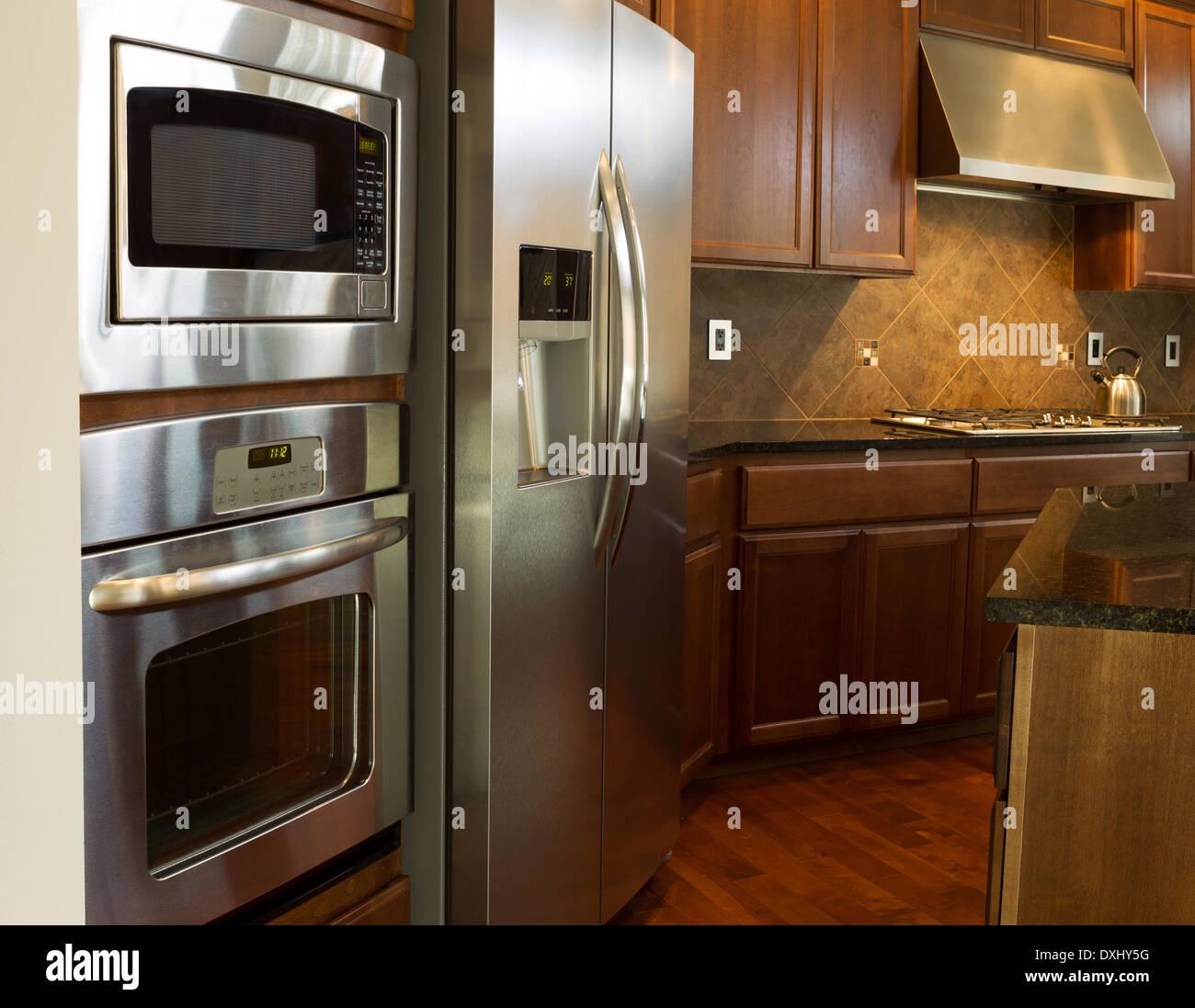 Foto en primer plano de electrodomésticos de acero inoxidable en la ...