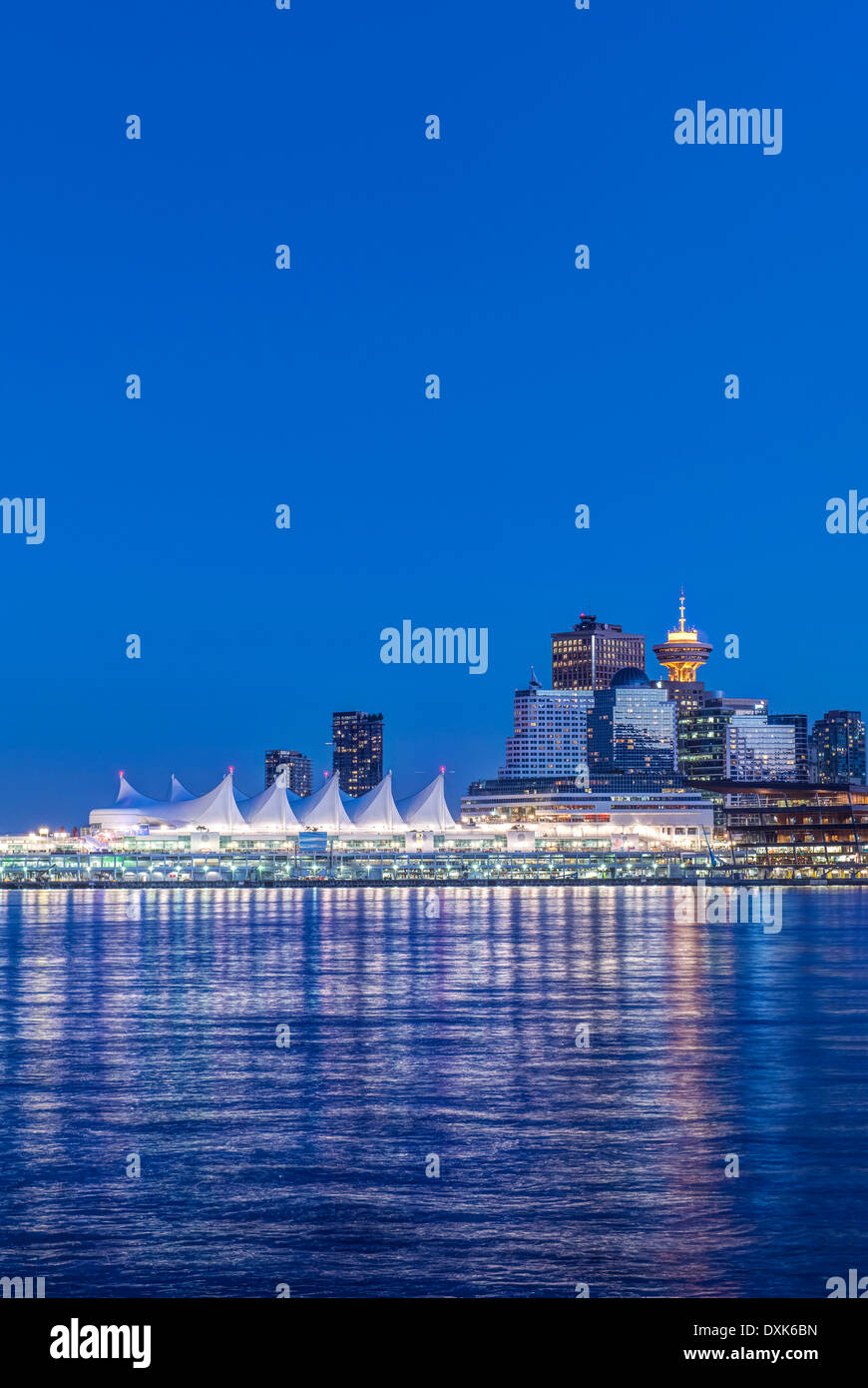 Waterfront skyline iluminado en la noche, Vancouver, British Columbia, Canadá Imagen De Stock