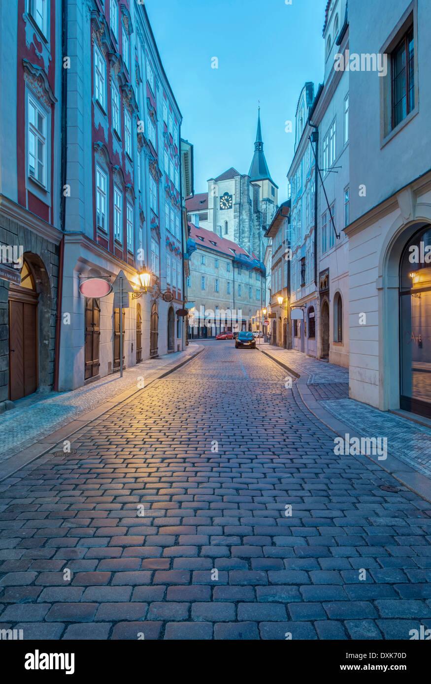 La calle de adoquines al amanecer, Praga, República Checa Imagen De Stock