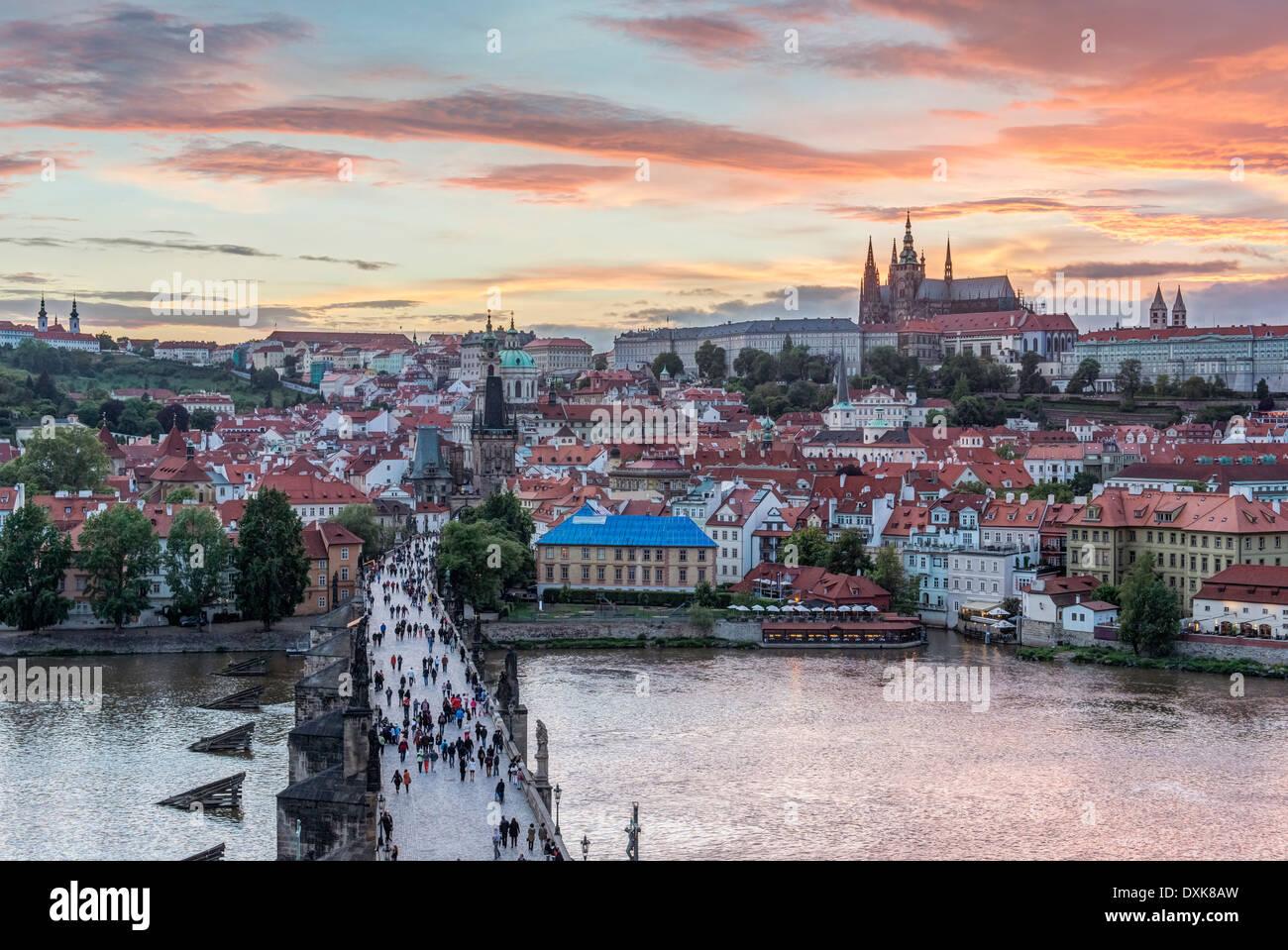 Puente de Carlos, el Castillo de Praga y la ciudad al atardecer, Praga, República Checa Foto de stock