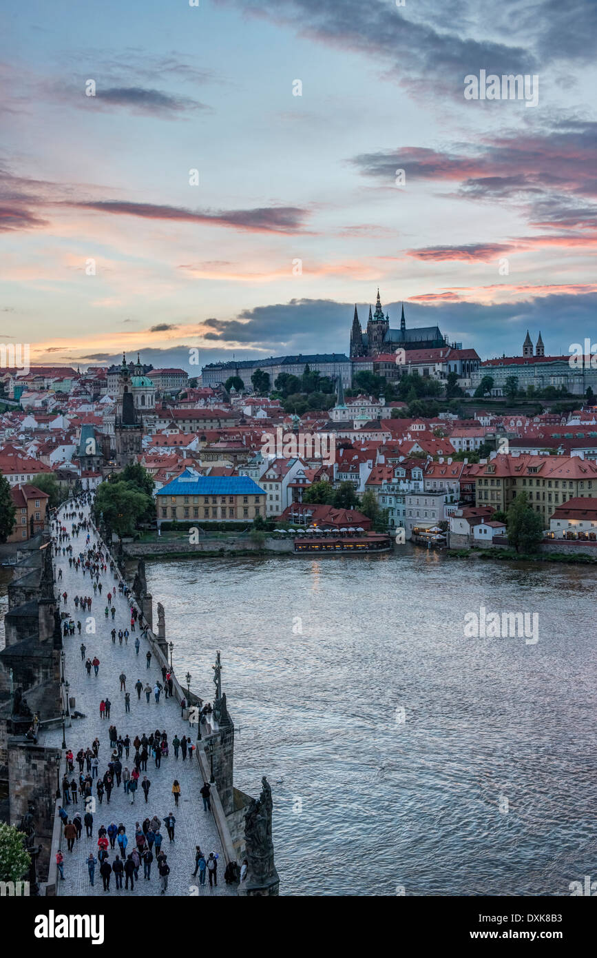Puente de Carlos, el Castillo de Praga y la ciudad al atardecer, Praga, República Checa Imagen De Stock