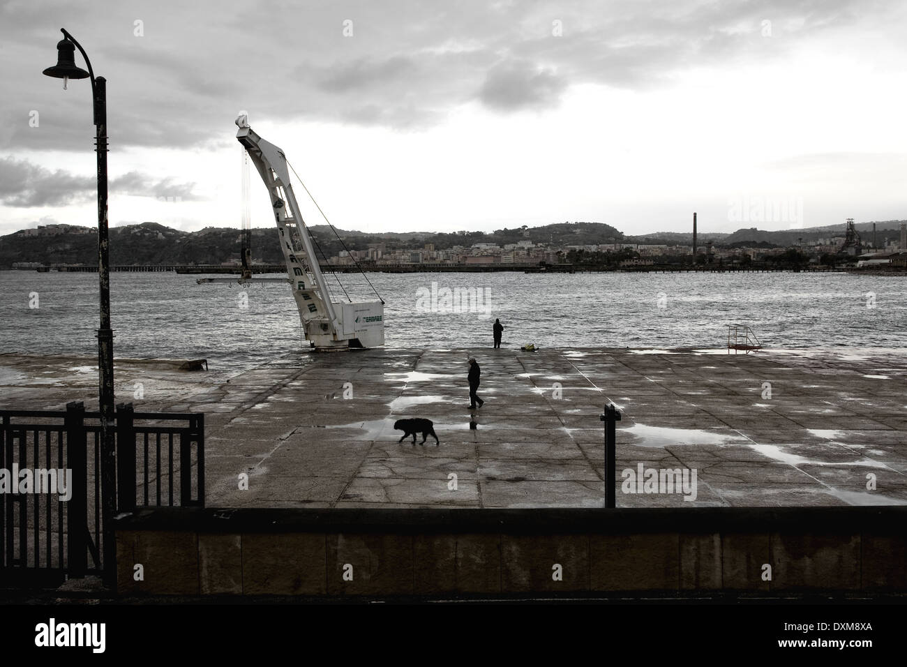 Nápoles (Italia) - Coroglio, el puente que une la tierra firme con la isla de Nisida Foto de stock