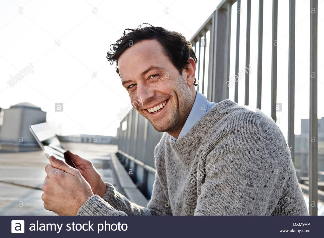 Retrato del hombre sonriente Celebración tablet pc Imagen De Stock