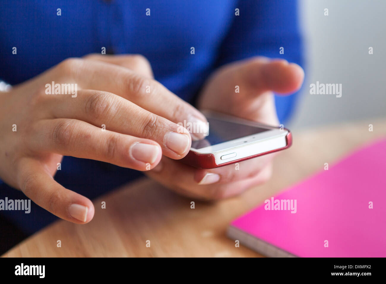 Mujer navegando en la web en el teléfono inteligente. Imagen De Stock